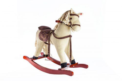 נדנדת סוס עץ לילדים